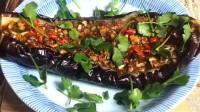 美女制作蒜香烤茄子,不知道的还以为是一条鱼呢!