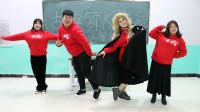 同学们跳古典舞和现代舞大比拼,没想跳的一个比一个逗,真搞笑