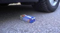 牛人把脆皮糖放在车轮下面,真的好减压啊,勿模仿!