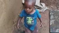 鞋也不穿天天玩水,欧欧欧,这个非洲小宝宝好可爱!