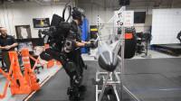 穿上这套机械战甲,力量增强20倍,萌妹子也能举重物