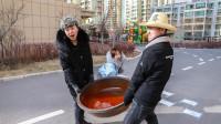 挑战手脚并用游戏,成功奖励超大盆火锅汤,学生不行找奶奶帮忙
