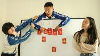 老师制作红包墙让学生抽,学霸抽到100元,熊学生抽到2020