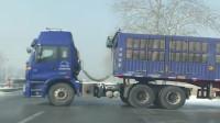 大货车司机也是扎心了,油门踩到底都没用,后轮不给力啊!