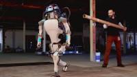 用棍子打机器人真的会反抗吗?老外亲测,机器人反应令人害怕!