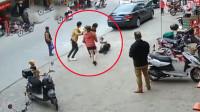 女子街头遭前夫殴打猛踹 前夫的身份令人大跌眼镜