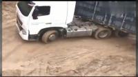 开大货车拐弯还不减速,这司机对自己的技术很有自信啊!