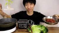 小伙学网上新奇做法烤牛肉,一口锅就能做,以后都不用烤箱了!