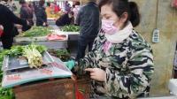 武汉封城首日,市民聚集菜市场买菜,菜品涨价但未出现天价菜