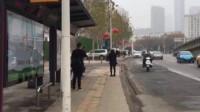 武汉封城首日现场:路上车辆稀少 公交停运仍有市民在等车