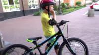 萌娃小可爱组装自行车时遇到了困难,小家伙赶紧叫来了爸爸!萌娃:爸爸,我需要帮助!