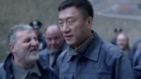 中国小伙在美国监狱被欺负,狱警全当没看到,结果第二天老外惨了
