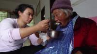 小妹瘫痪奶奶五世同堂,爷爷去住院了,小妹一勺一勺这样喂奶奶