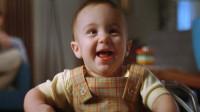 """刚出生的婴儿总是对着墙壁笑,因为他看见了,四个""""人""""在身边"""