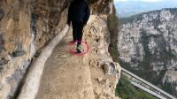 云南一条凿在悬崖峭壁上的栈道,宽不足1米,借我十个胆也不敢走
