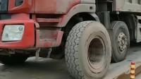 明明都是大货车,为什么这辆车这么特别,它的前轮怎么跟别的不一样?
