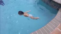 一岁的宝宝居然自己游泳,这也太厉害了吧!