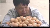 常开笑口-卖鸡蛋的抱着石台上的鸡蛋一直在等着,一直不停的嚷着王二爷来拿鸡蛋自己等着呢。