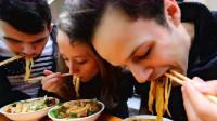 曾经扬言1年吃遍中国美食的老外,如今6年过去了,现今令人心疼!