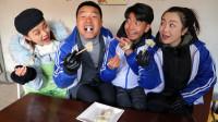老师和同学一起吃饺子,没想学渣竟包了一个年年有余!真逗!