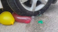 汽车碾压鸡蛋灌水气球和玩具的瞬间