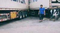 货车司机不简单啊,这样了还能倒进去,不容易