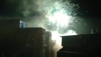田耕地上:年初一镇上的烟火很多很热闹,可惜下雨拍不清楚了