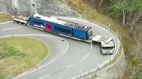 机车摩托:货车司机不容易,开着超级大货车跑山路,拐弯都费劲!