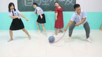 学霸王小九校园剧:学生挑战呼啦圈拉篮球游戏,结果女同学拉着空圈全班乱串,太逗了