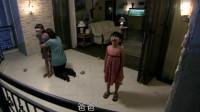 妈妈被推倒在地,女儿瞬间爆发,冲过去直接把爸爸推下三楼