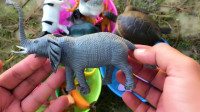 通过玩具动物学习认识大象、牛等8种动物