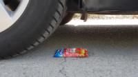 牛人把番茄酱放在车轮下面,看着好过瘾,好减压呀