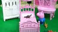 小猪乔治把小恐龙放在佩奇的床上睡觉,等乔治睡醒,小恐龙不见了。