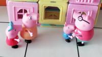猪爸爸买了很多磁力片,他要跟佩奇乔治一起搭房子,他们搭的房子好漂亮啊。