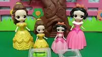 贝儿公主给小贝儿做苹果味冰块,白雪公主也要给小白雪做冰块,小朋友们快给小白雪送些果酱吧!