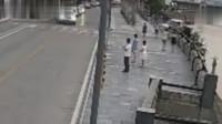 行车记录仪:油门当刹车,结果不小心冲进河里!