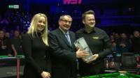 冠军时刻!墨菲举起威尔士冠军奖杯