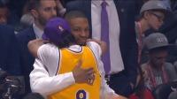 新老之间的对话!艾佛森身着科比球衣拥抱利拉德 2020 NBA全明星正赛 1