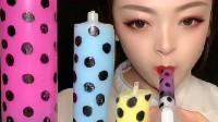 美女喝各种五颜六色的注射器饮料,咕咚咕咚喝到爽,向往的生活!