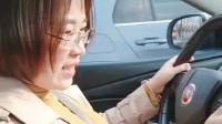 女司机拿到驾照三年了,今天开车的第一个问题是挡在哪