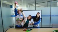 老师蹭学生的零食,等老师吃饱后学生拿出鸭脖,有趣!