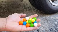 牛人把七彩糖果放在车轮下面,真的好减压啊,勿模仿!
