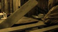 士兵被困雪山小屋,又冷又饿,生气挖开地板后却开心坏了
