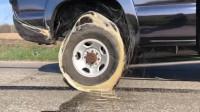 强力胶能黏住皮卡车吗?小伙将车轮空转,神奇的一幕出现了!