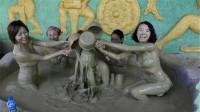 实拍游客在泥浆浴里泡温泉,男女之间毫不避讳,中国游客接受不了