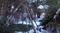 野外露营 第一次在雪地里玩丛林游戏——搭建帐篷,在火上做原始的食物