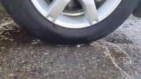 牛人把减压气球放到车轮下面,实在是太减压了,好过瘾啊