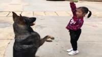 小黑狗和女儿的感情很好,只要有人欺负闺女,它马上挺身而出!