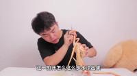 """翔翔大作战:小伙挑战400一只的""""长脚蟹"""",蟹腿超多肉的,吃一口才知道什么叫海鲜!"""