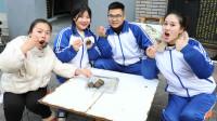 童年:如花老师请同学们吃臭豆腐,田田一口一个,又臭又香味道太特别了